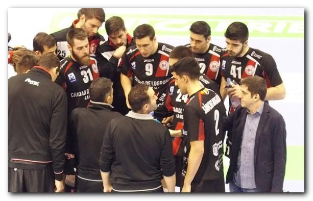 Jota González charla en un tiempo muerto con sus jugadores. Foto: M. S.