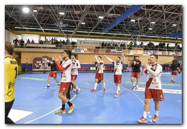 Los jugadores franjivino saludan a su afición tras finalizar el partido. Foto: Fernando Álvarez