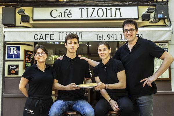 La familia del Tizona, con su tortilla. Foto de Justo Rodríguez